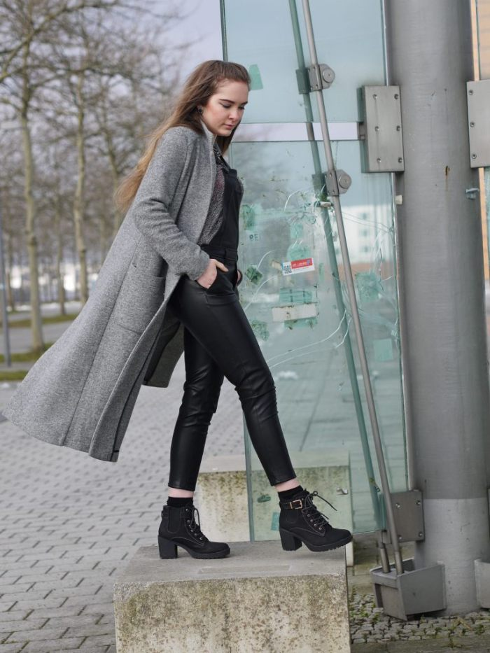Julia_Luedtke_(C)_Julia_streetstyle_blog_fake-leather-black-jumpsuit-overall_10.k