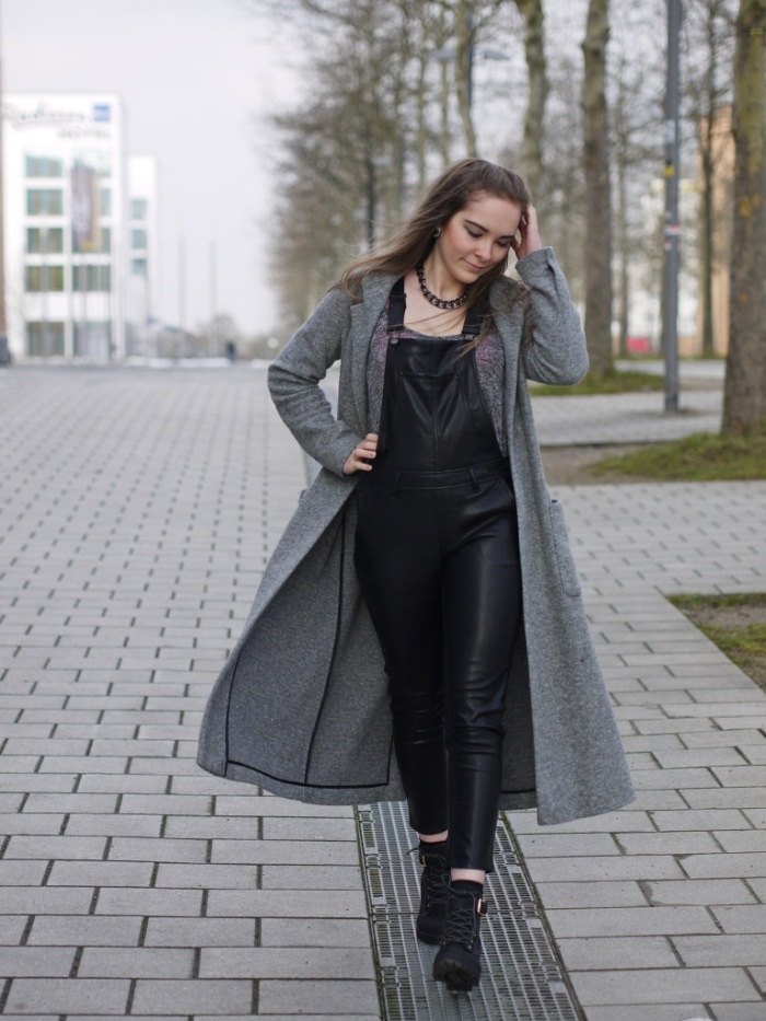 Julia_Luedtke_(C)_Julia_streetstyle_blog_fake-leather-black-jumpsuit-overall_3.k