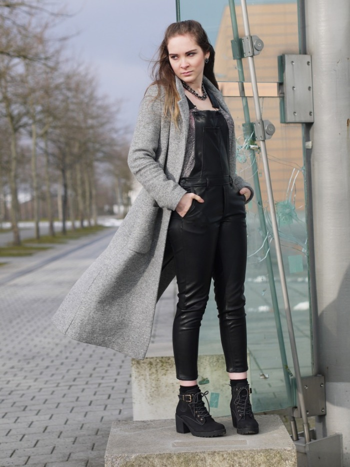 Julia_Luedtke_(C)_Julia_streetstyle_blog_fake-leather-black-jumpsuit-overall_5.k