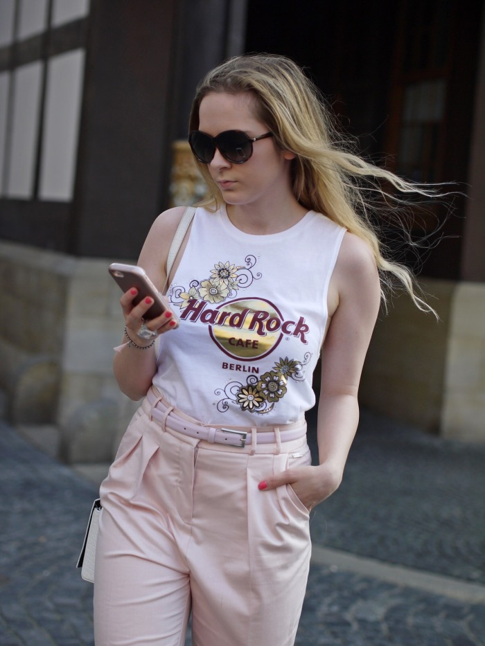 julia_luedtke_c_julia_streetstyle_blog_hard_rock_cafe_pixie_lott_shirt_16_1
