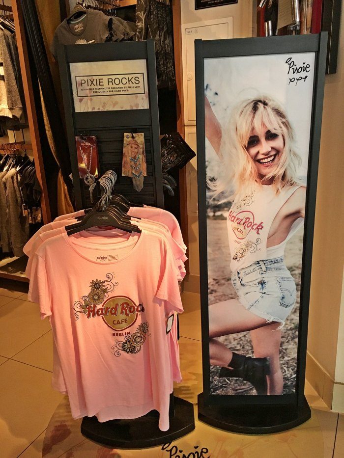 julia_luedtke_c_julia_streetstyle_blog_hard_rock_cafe_pixie_lott_shirt_7_1