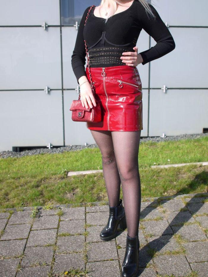 Julia_Luedtke_(C)_julia_streetstyle_blog_red_faux_leather skirt_roter_Kunstlederrock_Studded_Underwire_Waspie_Corset_Taillenmieder_Nieten_2_k