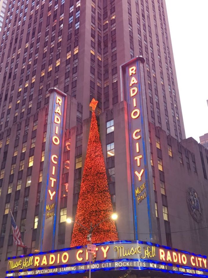 Julia_Luedtke_(C)_julia_streetstyle_blog_New_York_Radio_City_Music_Hall_christmastime_1_k