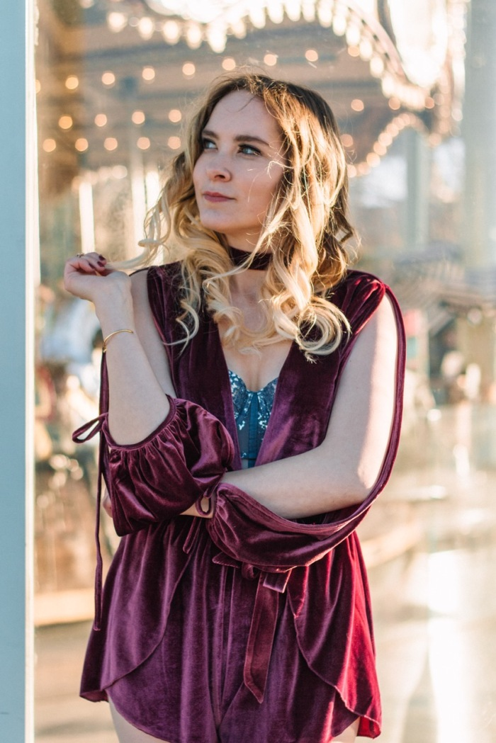 Julia_Luedtke_(C)_Julia_streetstyle_blog_Dumbo_NYC_Brooklyn_Bridge_Park_red_velvet_playsuit_tobi_(11)