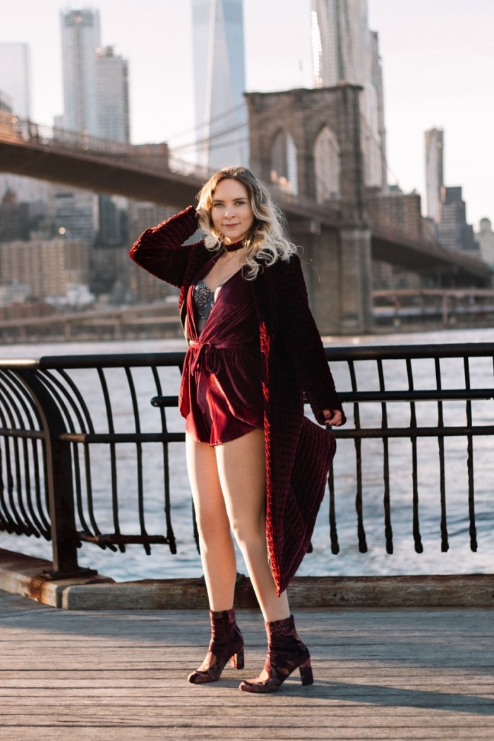 Julia_Luedtke_(C)_Julia_streetstyle_blog_Dumbo_NYC_Brooklyn_Bridge_Park_red_velvet_playsuit_tobi_(13)