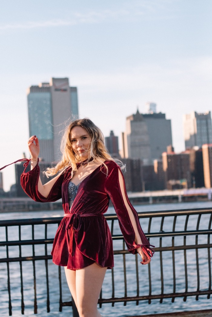 Julia_Luedtke_(C)_Julia_streetstyle_blog_Dumbo_NYC_Brooklyn_Bridge_Park_red_velvet_playsuit_tobi_(14)