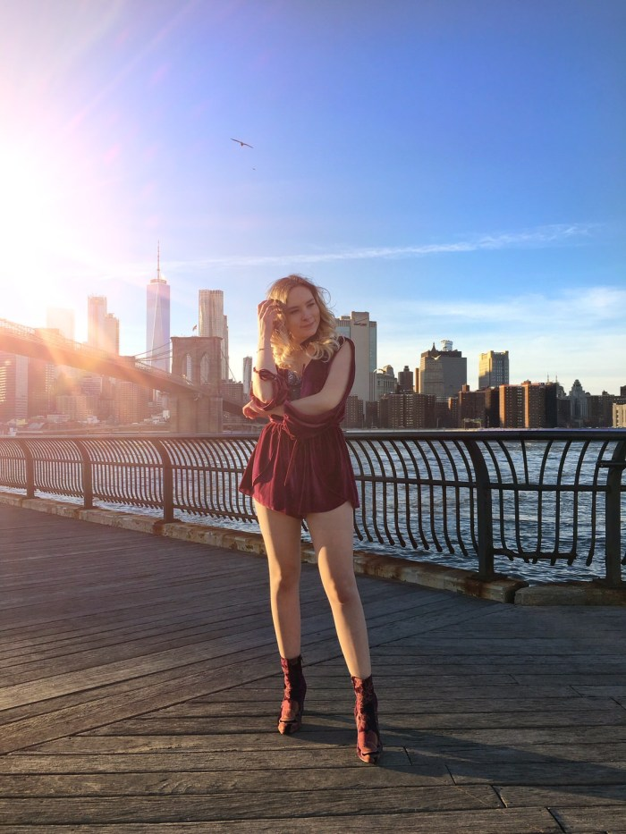 Julia_Luedtke_(C)_Julia_streetstyle_blog_Dumbo_NYC_Brooklyn_Bridge_Park_red_velvet_playsuit_tobi_(8)