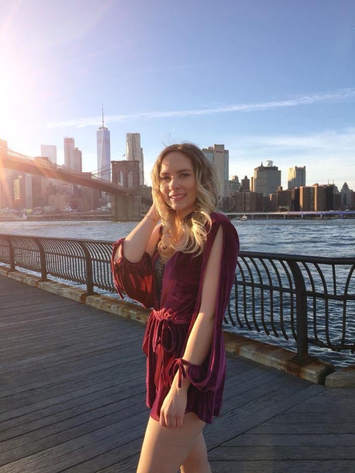 Julia_Luedtke_(C)_Julia_streetstyle_blog_Dumbo_NYC_Brooklyn_Bridge_Park_red_velvet_playsuit_tobi_(9)